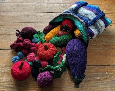 Knitted bag with fruits and vegetables